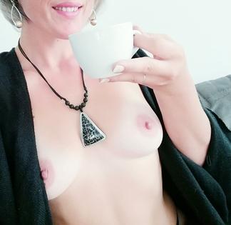 femme nue buvant café