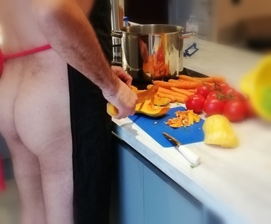 homme nu cuisine