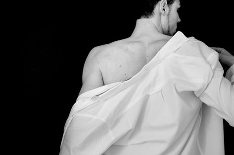 homme nu sous une chemise