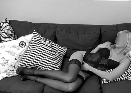 femme coquine sur canapé