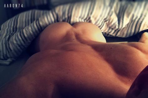 homme sexy de dos dans son lit